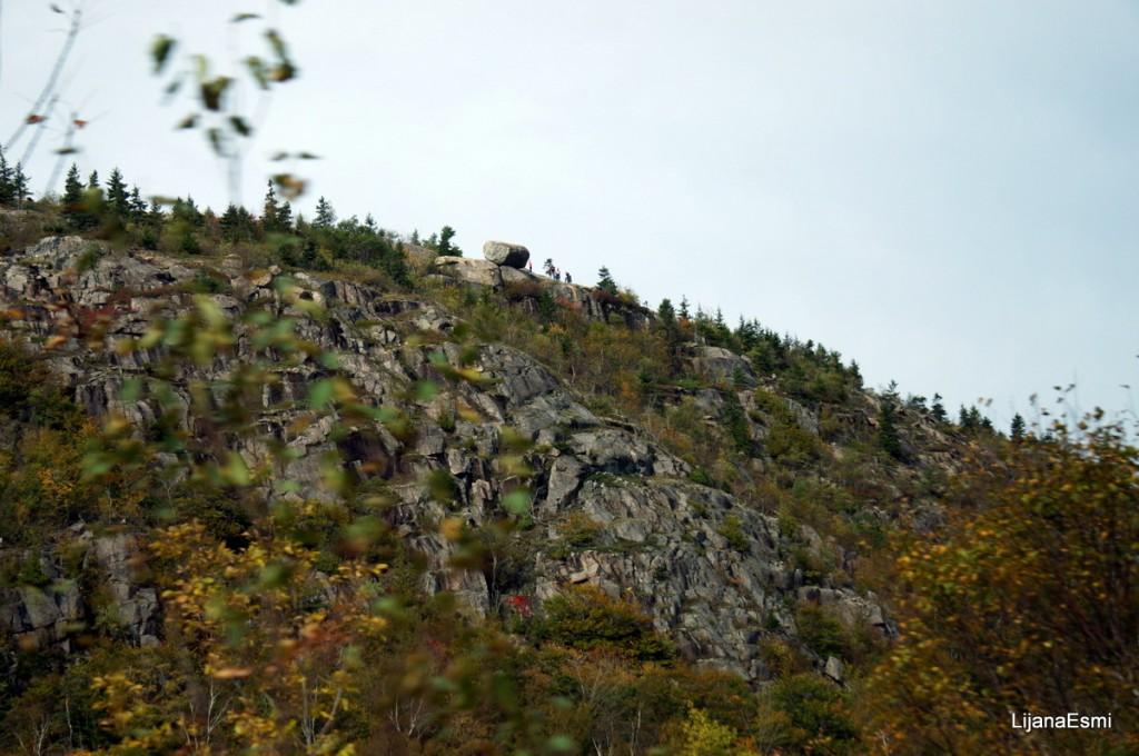 Gerai isiziurejus i nuotrauka, paciame virsuje matosi jau desimtis tukstanciu metu pasiruoses riedeti zemyn didziulis akmuo.